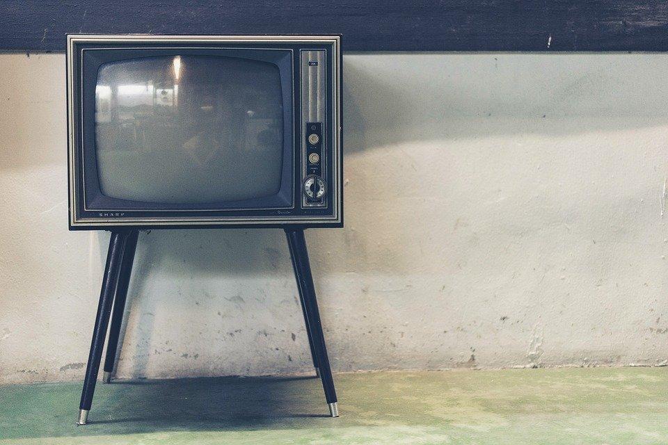 テレビを自分で設置できる方法|初期設定・設置工事やヤマダ電機などの料金はどれくらい?のサムネイル画像